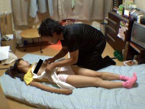 寝てる女の子にイタズラしてる限りなくヤバい匂いがする画像集(20枚)