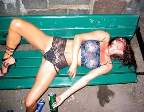 【画像】外人女の泥酔具合が度を超してる件・・・・これは持ち帰れない・・・・・・1枚目