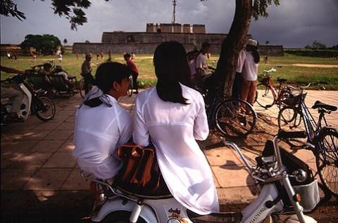 【アオザイ】ベトナムの女学生がかわいすぎる・・・しかも下着透け透けでござるwwwww(画像21枚)・2枚目