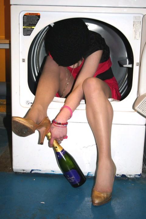 【画像】外人女の泥酔具合が度を超してる件・・・・これは持ち帰れない・・・・・・4枚目