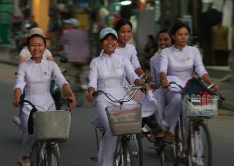 【アオザイ】ベトナムの女学生がかわいすぎる・・・しかも下着透け透けでござるwwwww(画像21枚)・4枚目