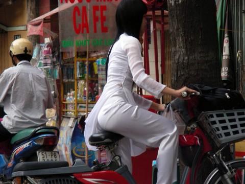 【アオザイ】ベトナムの女学生がかわいすぎる・・・しかも下着透け透けでござるwwwww(画像21枚)・6枚目