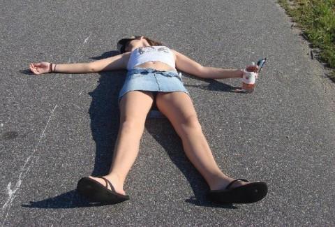 【画像】外人女の泥酔具合が度を超してる件・・・・これは持ち帰れない・・・・・・8枚目