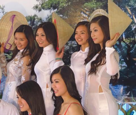 【アオザイ】ベトナムの女学生がかわいすぎる・・・しかも下着透け透けでござるwwwww(画像21枚)・8枚目