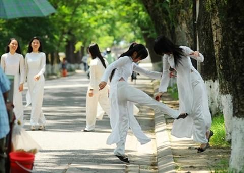 【アオザイ】ベトナムの女学生がかわいすぎる・・・しかも下着透け透けでござるwwwww(画像21枚)・12枚目