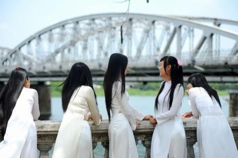 【アオザイ】ベトナムの女学生がかわいすぎる・・・しかも下着透け透けでござるwwwww(画像21枚)・13枚目