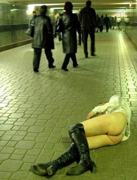【画像】外人女の泥酔具合が度を超してる件・・・・これは持ち帰れない・・・・・・15枚目