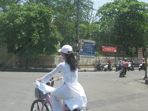 【アオザイ】ベトナムの女学生がかわいすぎる・・・しかも下着透け透けでござるwwwww(画像21枚)・16枚目