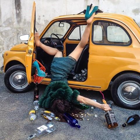 【画像】外人女の泥酔具合が度を超してる件・・・・これは持ち帰れない・・・・・・3枚目