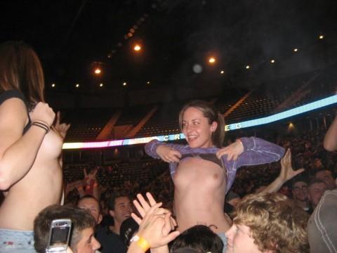 【露出狂】スポーツ観戦やライブで脱がずにいられない女の子をご覧ください(21枚)・18枚目