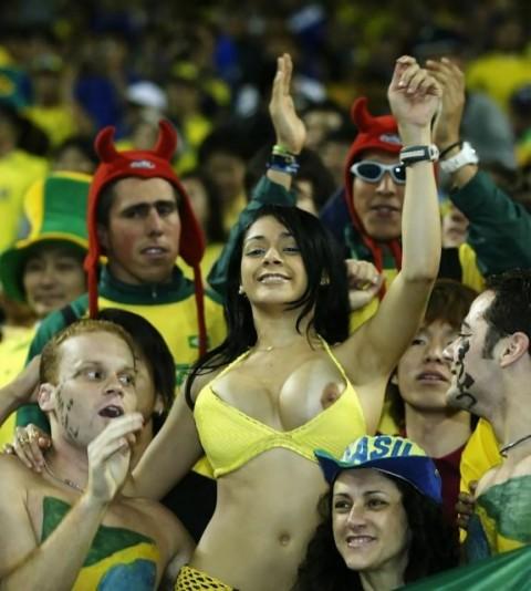 【露出狂】スポーツ観戦やライブで脱がずにいられない女の子をご覧ください(21枚)・4枚目