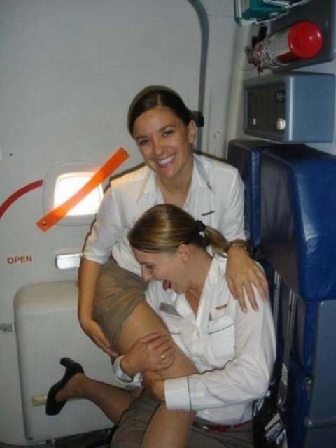 【衝撃】CAの機内でのおふざけエロ画像が流出・・・これはアウトwwwwwww(32枚)・25枚目