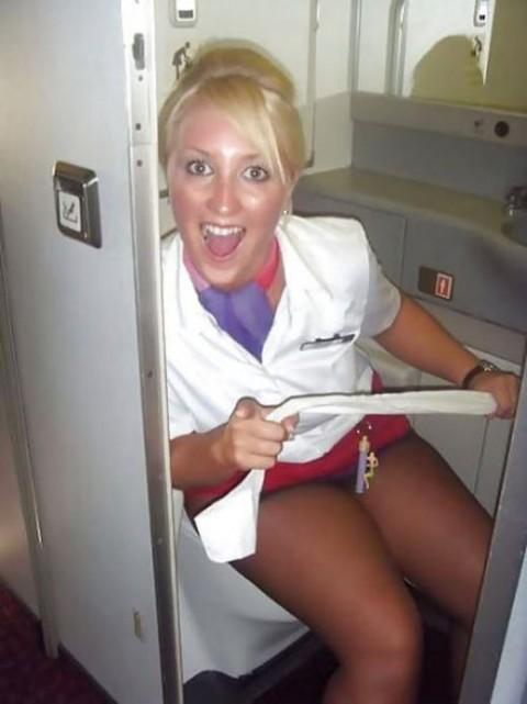 【衝撃】CAの機内でのおふざけエロ画像が流出・・・これはアウトwwwwwww(32枚)・11枚目