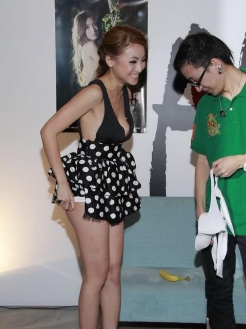 【画像】AV女優のイベント行くやつwwwww → 「オッパイ触ってるやん!」「触ったことないワイ、ガチで行きたい」・26枚目