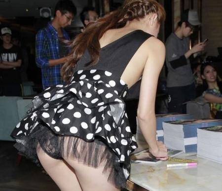 【画像】AV女優のイベント行くやつwwwww → 「オッパイ触ってるやん!」「触ったことないワイ、ガチで行きたい」・29枚目