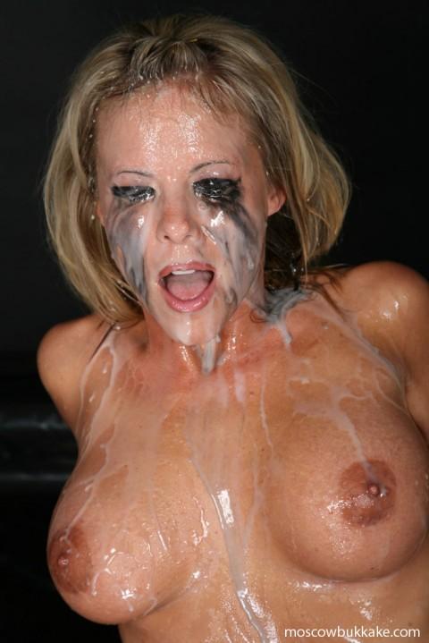 【画像あり】ザーメンをシャワーのように浴びながら目を開ける強者女発見wwwwwww・1枚目