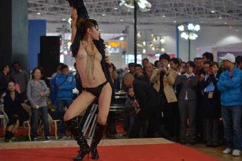 中国のキャンギャルが過激すぎて放送してはいけないレベルにwwwwwwwww(※画像あり)・24枚目
