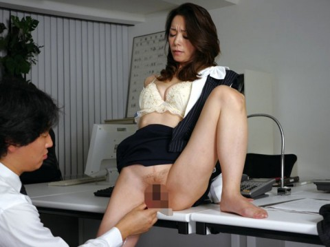 【画像】OLのタイトミニの尻のエロさは異常wwwww 就職したらこんなの見れるのか・・・・10枚目