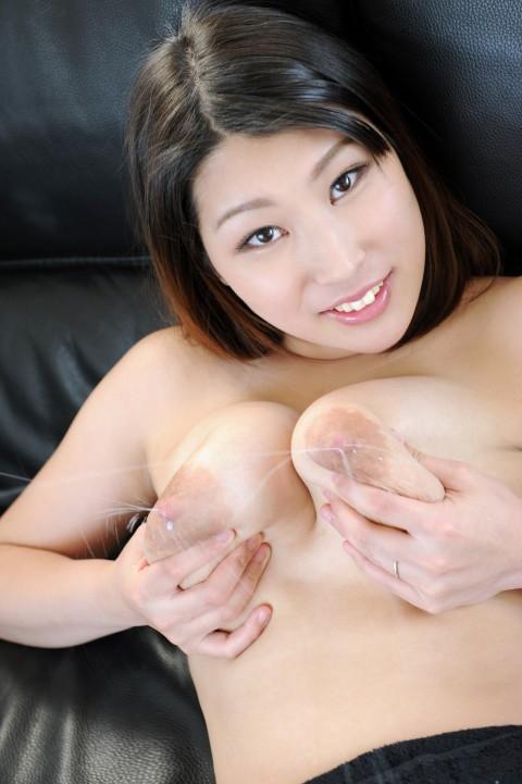 【若妻~熟女まで】母乳を男のためにまき散らすビッチマンマの画像集(33枚)・1枚目