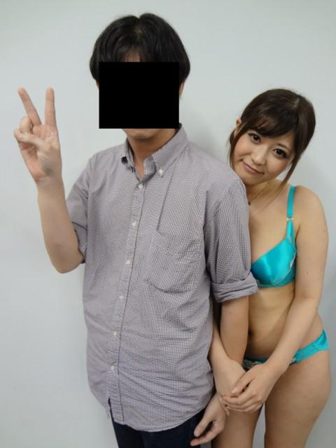 【画像】AV女優のイベント行くやつwwwww → 「オッパイ触ってるやん!」「触ったことないワイ、ガチで行きたい」・14枚目