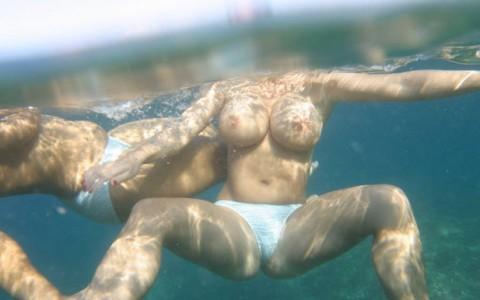 【※証拠画像あり】おっぱいは水に浮く伝説は本当だった件wwwwwwwwwww・20枚目