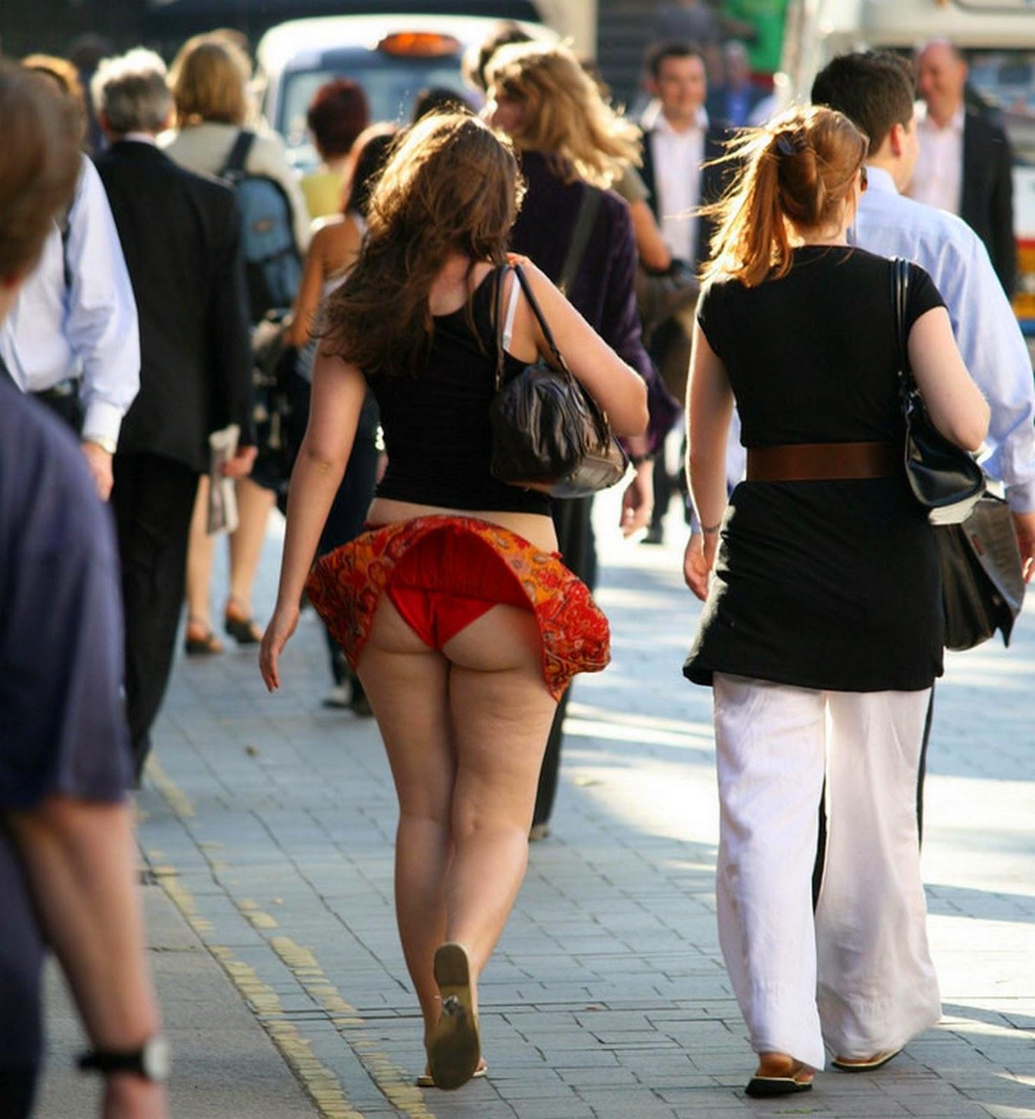Уличные засветы под юбками 24 фотография