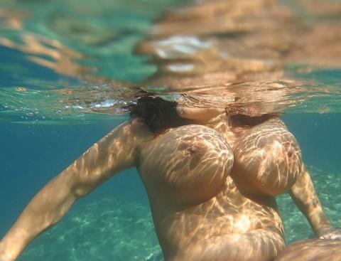 【※証拠画像あり】おっぱいは水に浮く伝説は本当だった件wwwwwwwwwww・22枚目