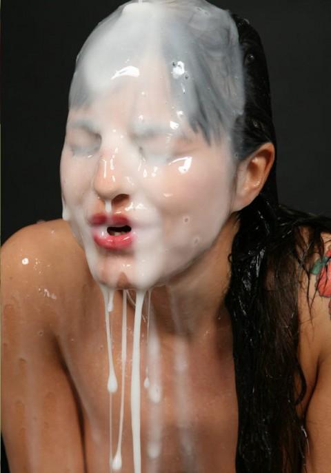 【画像あり】ザーメンをシャワーのように浴びながら目を開ける強者女発見wwwwwww・26枚目