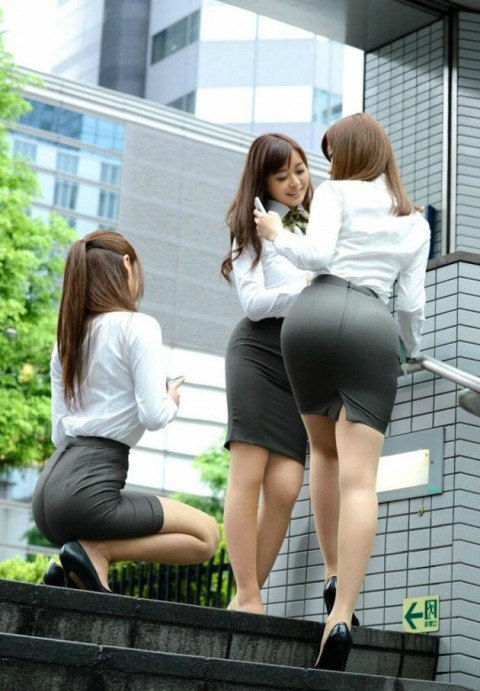 【画像】OLのタイトミニの尻のエロさは異常wwwww 就職したらこんなの見れるのか・・・・9枚目