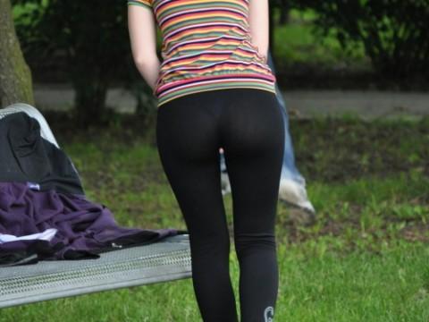 【破廉恥注意】レギンスの上に何も穿かない女ってパンストで歩いてるようなものだよな・・・(※画像あり)・1枚目