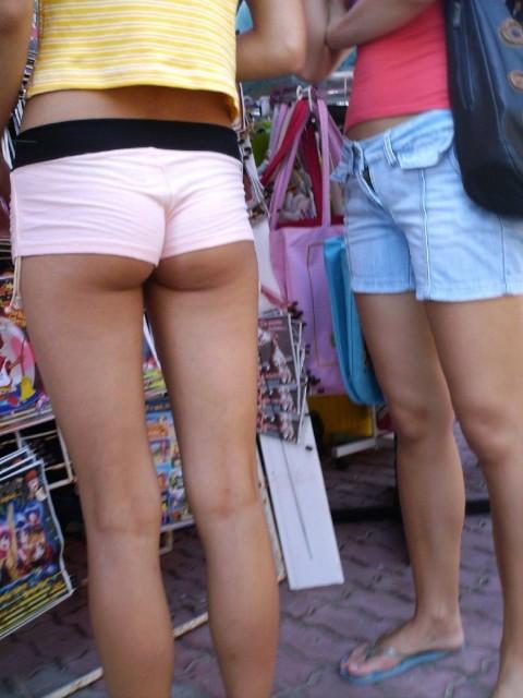【二度見不可避】ホットパンツのケツがこうなってる女って何なの?露出狂なの?(※画像あり)・12枚目