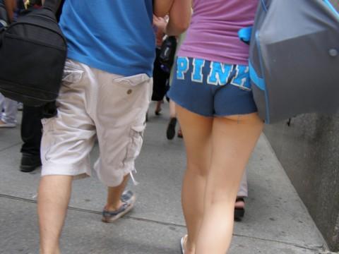 【二度見不可避】ホットパンツのケツがこうなってる女って何なの?露出狂なの?(※画像あり)・10枚目
