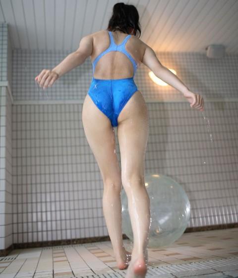 競泳水着女子のお尻の食い込みってつい直してあげたくなるよなwwwwwwwwwwww(25枚)・4枚目