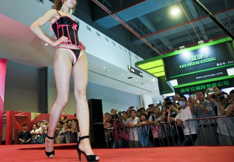 【中国】下着ファッションショーがマ○コ見えすぎてて完全にアウトぉぉぉぉwwwwwwww(※画像あり)・18枚目