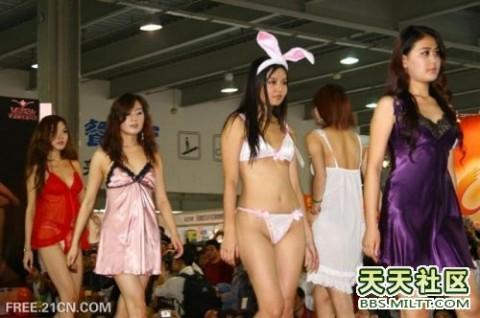 【中国】下着ファッションショーがマ○コ見えすぎてて完全にアウトぉぉぉぉwwwwwwww(※画像あり)・4枚目
