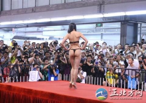 【中国】下着ファッションショーがマ○コ見えすぎてて完全にアウトぉぉぉぉwwwwwwww(※画像あり)・20枚目
