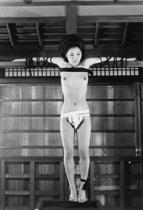 【モノクロ】昭和のSM画像。24だけ閲覧注意wwwwwwwwwwwwwwwwww・6枚目