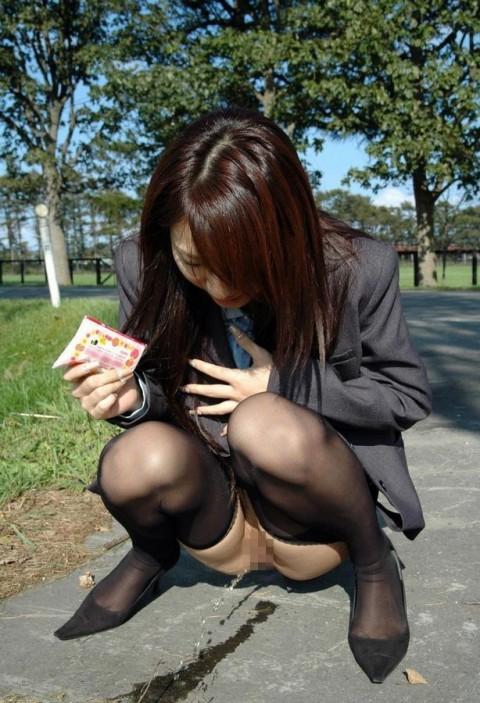 【過激注意】むしろ囲み撮影されたいという野外放尿マニアの女性が増えているとかいないとか・・・。(画像23枚)・2枚目