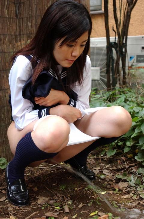 【過激注意】むしろ囲み撮影されたいという野外放尿マニアの女性が増えているとかいないとか・・・。(画像23枚)・3枚目