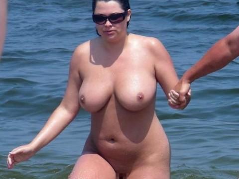 【画像24枚】ヌーディストビーチで全裸になってるポチャ女を貼ってくからアウトかセーフか判定してくれwwwwwwwwww・1枚目