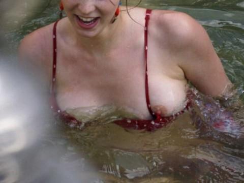 【ハプニング】海やプールで豪快にポロリしてる美女を追え!!!!!!!!!(画像32枚)・1枚目