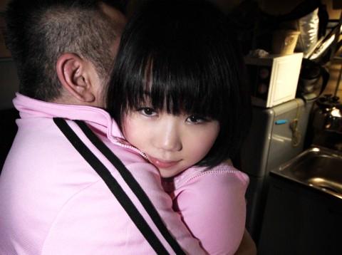 【鬼畜】43のオッサン三人に弄ばれる少女の身体がエロすぎてつらい・・・(※動画あり)・9枚目