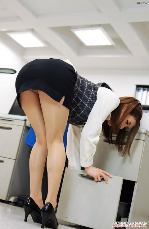 【朗報】会社で女の子が机の下に落としたペンを取ろうとした結果wwwwwwwwwwwwww(※画像あり)・21枚目
