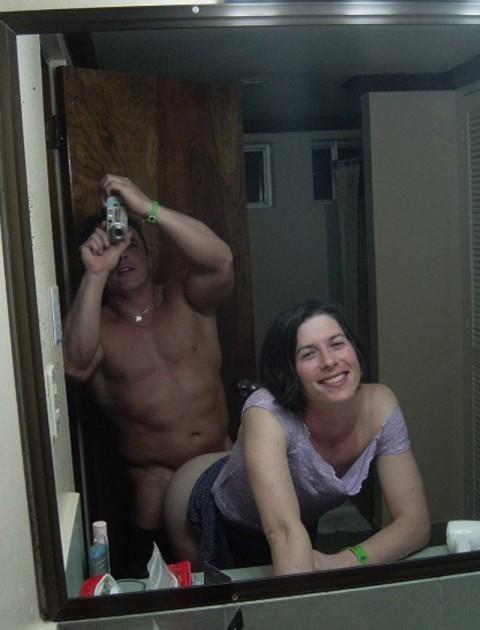 【 画像あり 】ラ ブ ホ の 鏡 で 繋 が っ た ま ま 写 真 撮 る バ カ ッ プ ル wwwwwwwwwwwwwwwww・22枚目