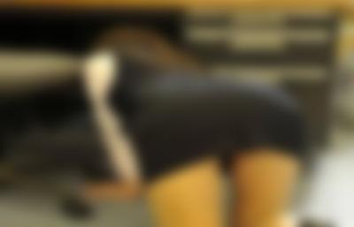 (衝撃)落とし物を探していた同僚(♀)の腰が露出してたのでちょっと悪戯した結果・・・・・・・・・・・・・・・・