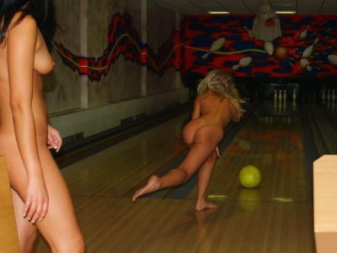 【露出狂】全裸でボーリングする集団が激写されるwwwwwwwwwwwwwwwww(画像31枚)・1枚目