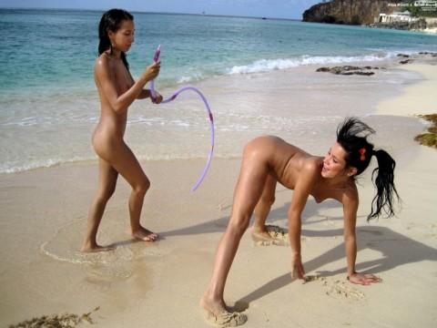 【画像あり】ヌーディストビーチでワルノリしてるギャルたちが即ハボなんだが・・・・・・・6枚目