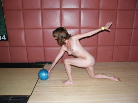 【露出狂】全裸でボーリングする集団が激写されるwwwwwwwwwwwwwwwww(画像31枚)・10枚目