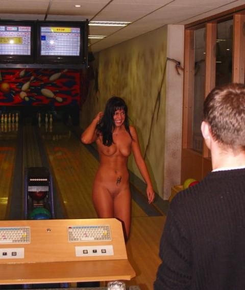 【露出狂】全裸でボーリングする集団が激写されるwwwwwwwwwwwwwwwww(画像31枚)・11枚目