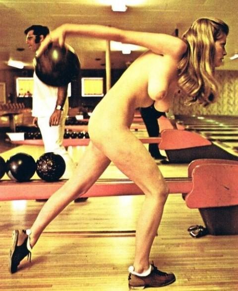【露出狂】全裸でボーリングする集団が激写されるwwwwwwwwwwwwwwwww(画像31枚)・12枚目